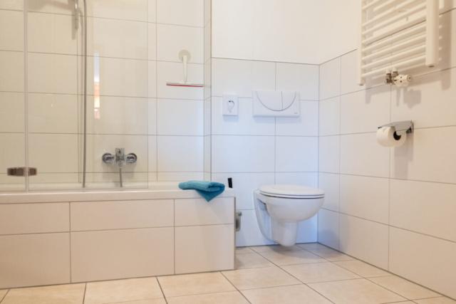 Bad mit Badewanne und Handtuchwärmer