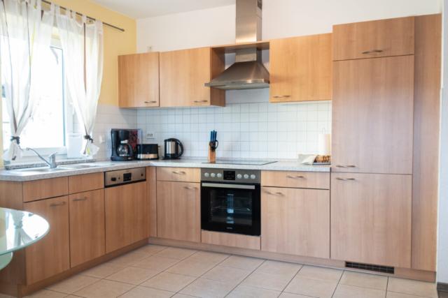 Küche mit Kaffeemaschine, Toaster und Wasserkocher