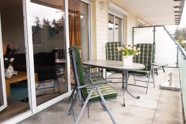 Großzügiger Balkon mit Sitzgruppe und 2 Sonnenliegen