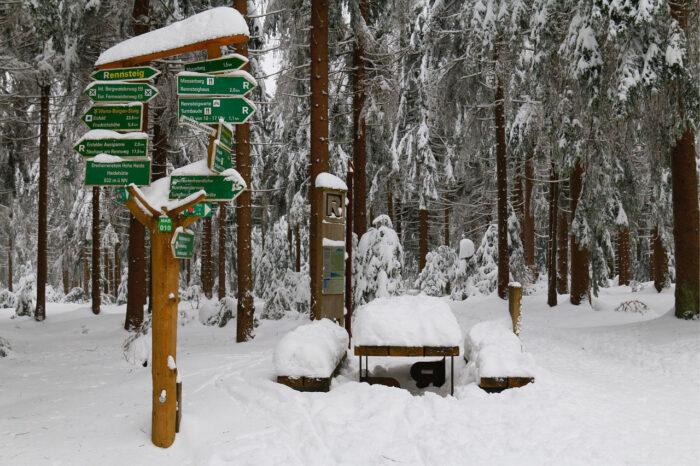 Wegweiser zum Rennsteig im Schnee