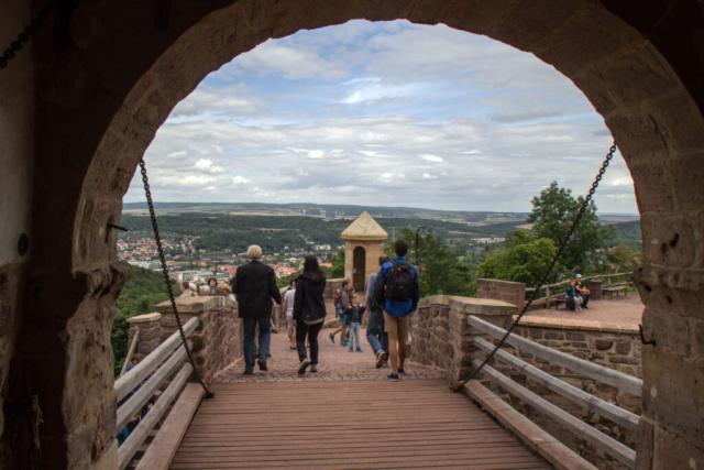 Tor der Wartburg bei Eisenach mit Blick auf Eisenach